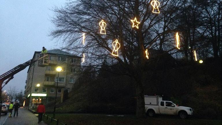 Ny julbelysning sätts upp i Karlskoga. Foto: Carina Galanou Ipsonius/Sveriges Radio.