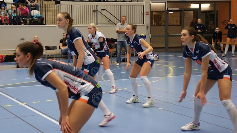 Lindetjejer klara för servemottagning. Foto: Lasse Hellstrandh, SR Örebro