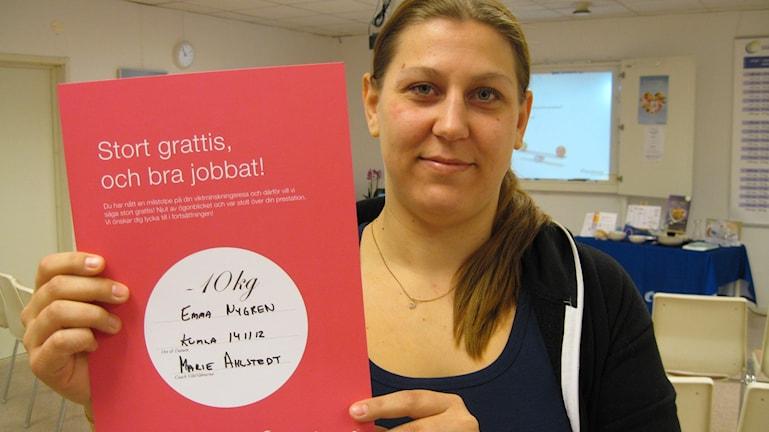 Emma Nygren från Pålsboda med sitt tiokilosdiplom. Foto: Anna Björndahl/Sveriges Radio.