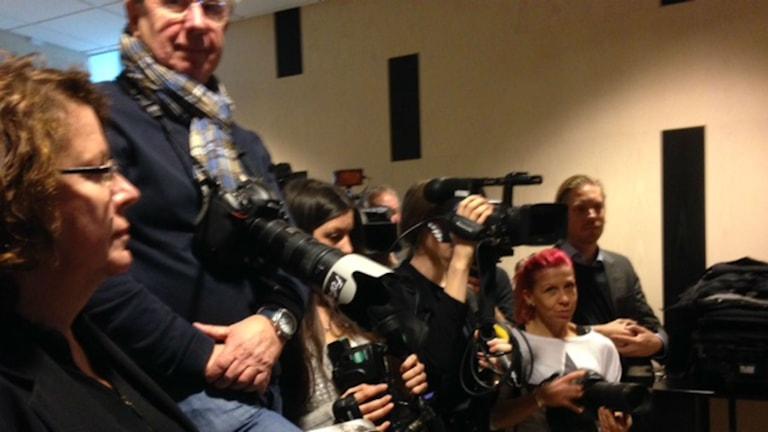 Många medier är på plats för att bevaka rättegången. Foto: Carina Galanou Ipsonius