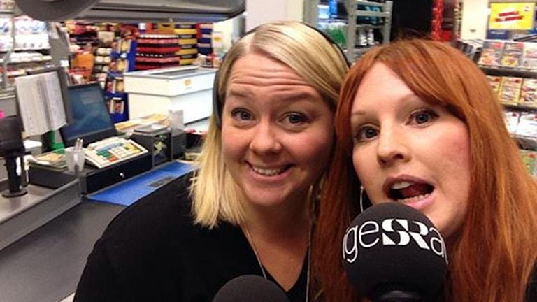 Maria och Lina i direktsändning. Foto: Sveriges Radio.