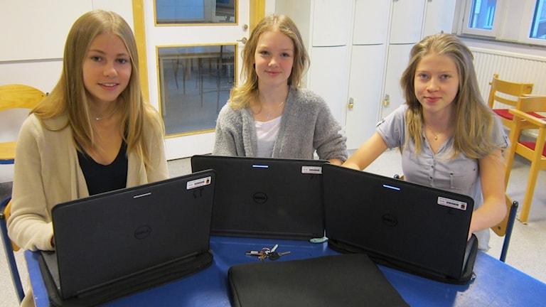 Ellen Storm, Ebba Löwenberg och Malva Englund på Olaus Petriskolan i Örebro. Foto: Marie Hansson/Sveriges Radio