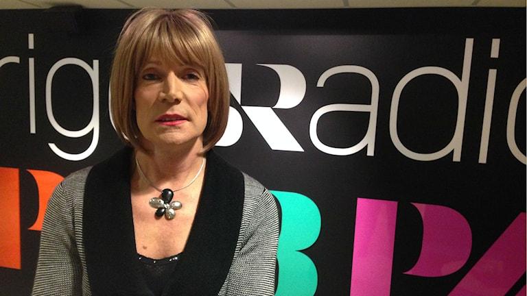 Regina berättar om hur det är att leva som transvestit. Foto: Maria Eremo/Sveriges Radio.