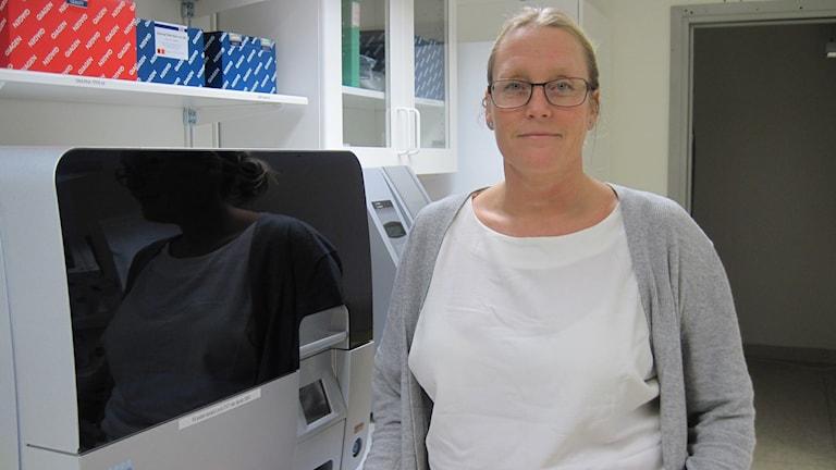 Gabriella Lillsunde Larsson, biomedicinsk analytiker på USÖ. Foto: Anna Björndahl/Sveriges Radio.
