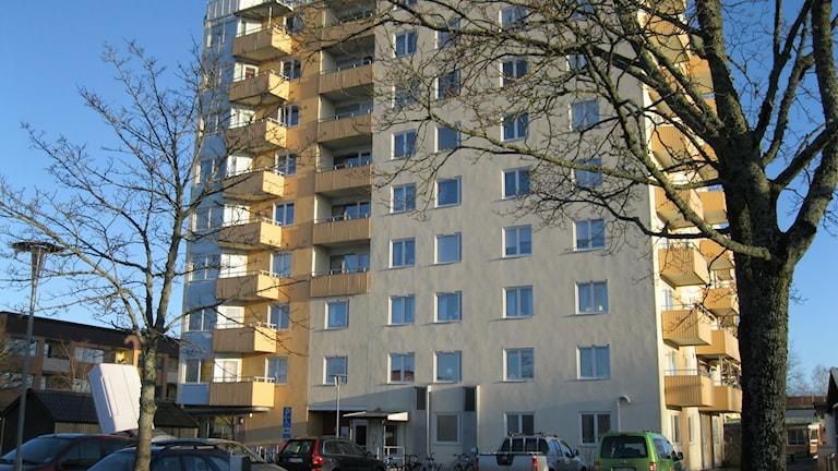 Äldreboendet för missbrukare i Karlskoga, Kavaljeren, är inrymt i ett av hyreshusen på Ekeby.