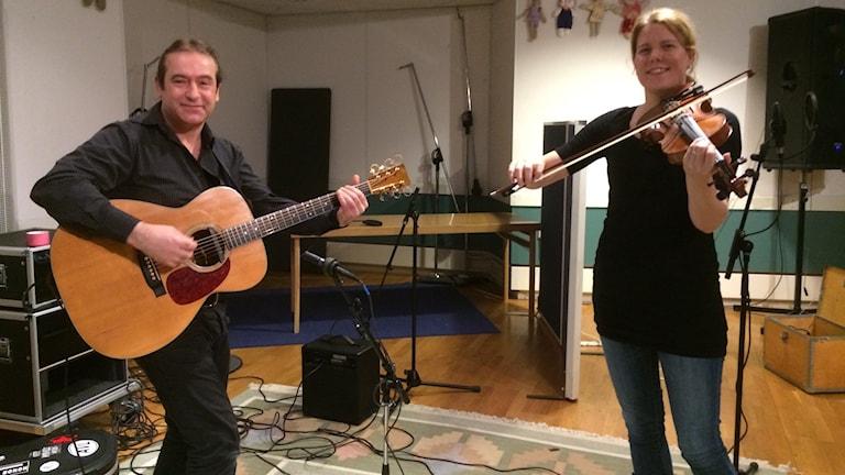 John Mitchell och Ann-Sofie Jonsson spelar live på Folk at heart idag. Foto: Anna Lorentzon/Sveriges Radio.