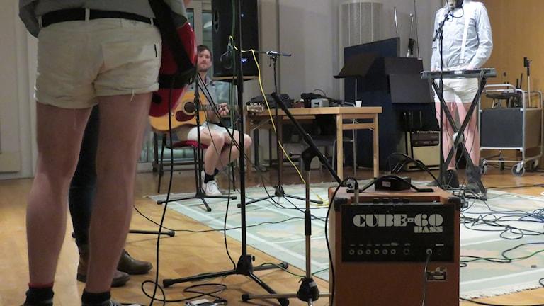 Notera att bandet Square uppträder i kortbyxor.