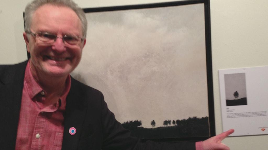 Nick Furderer vid målningen och utsnittet. Foto: Sofia Broomé/Sveriges Radio.