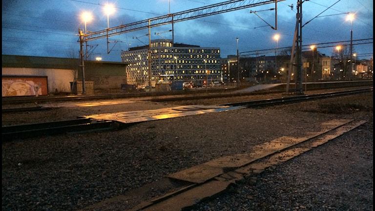 Från parkeringen kan man gå rakt ut på spåren. Foto: Anna Björndahl/Sveriges Radio.