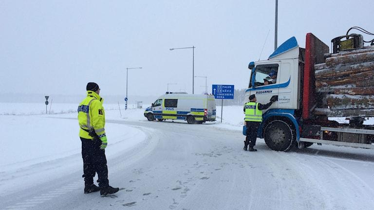 Här vid Frövikorset har polisen stoppat trafiken. Foto: Karwan Tahir/Sveriges Radio.