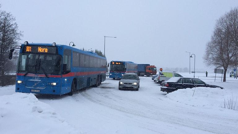 Bussarna och andra fordon leds om via andra vägar för att komma förbi olycksplatsen.