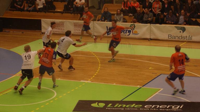 Spelsituation från LIF:s förlustmatch. Foto: Lasse Hellstrandh, SR Örebro