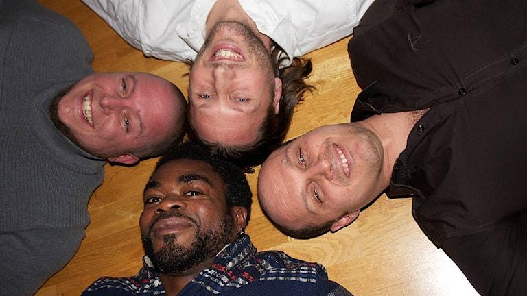 Förtroligt - Abdel, Dennis, Michael och Sermon pratar om skvaller. Foto: Kerstin Svenson.