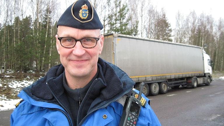Thomas Ingvarsson framför en trailerdragare.Foto: Anna Björndahl/Sveriges Radio.