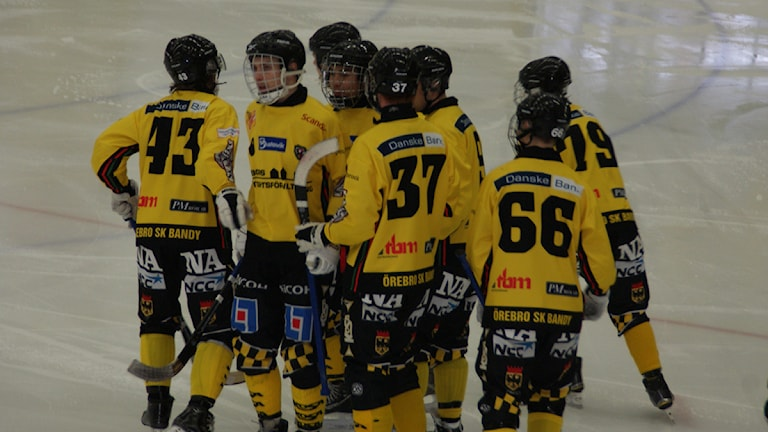Mattias B-M (66) i grattisgänget efter Lasse B´s konstmål. Foto: Lasse Hellstrandh