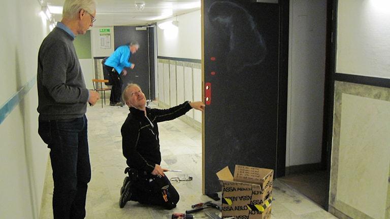 Nya lås installeras på Tullängsskolan i Örebro. Foto: Anna Björndahl/Sveriges Radio.