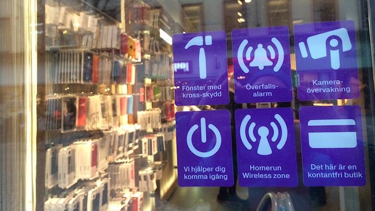 Dekaler i fönstret visar att betalning med pengar inte går längre. Foto: Marie Hansson/Sveriges Radio.