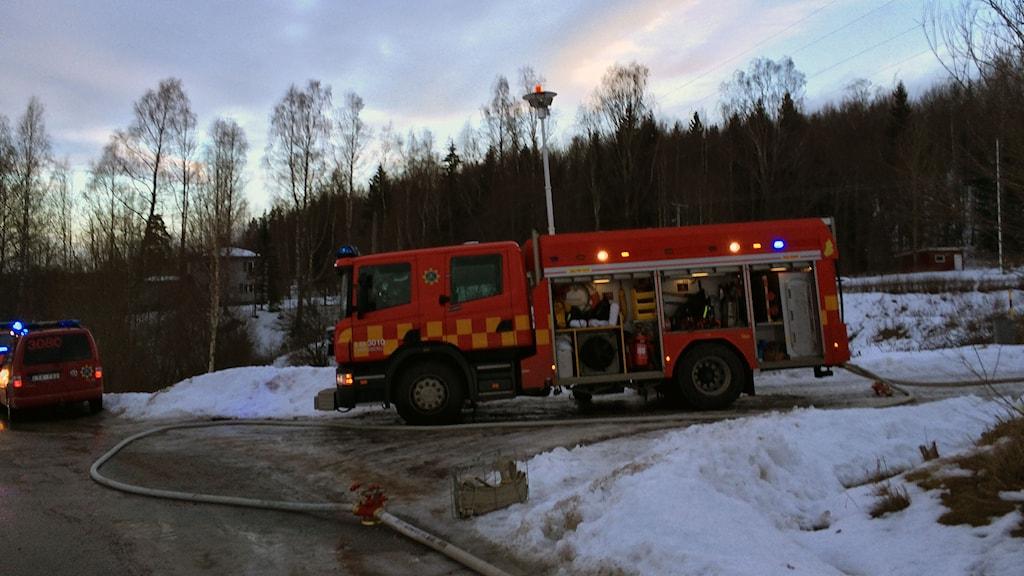 Flera brandbilar behövs vid branden i Husby utanför Nora.