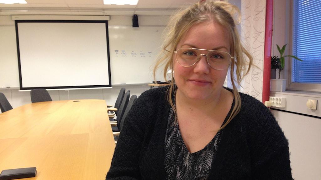 Jaquline Rydberg har gjort studien som visar höga halter av giftet PFOS vid flygplatsen. FOTO: Julia Myllylä/Sveriges Radio