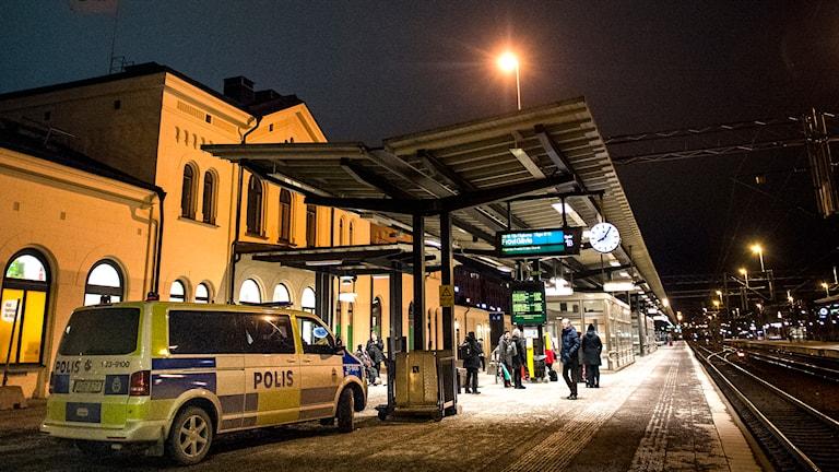 Polisbil på Örebro centralstation där en misshandlad man påträffats. Foto Kicki Nilsson / TT
