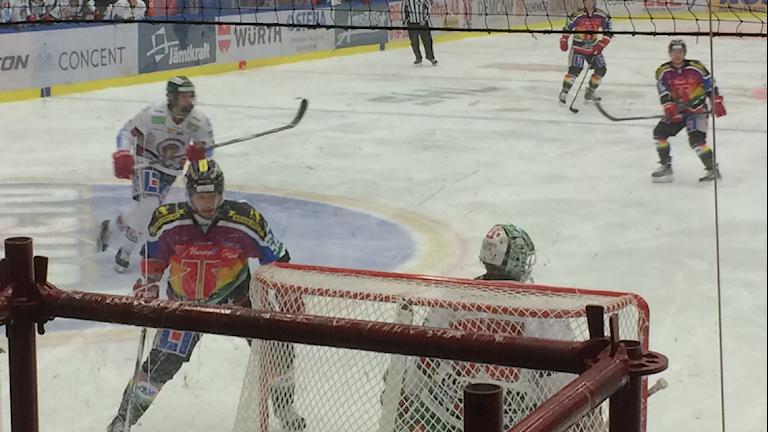 """Örebro Hockey spelade med regnbågströjor på """"Pridematchen"""" mot Frölunda. Foto: Anna Björndahl/Sveriges Radio."""