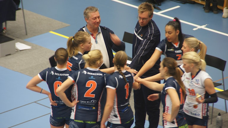 Matchens lirare Yslany Kelly (7) under time-out. Foto: Lasse Hellstrandh, SR Örebro
