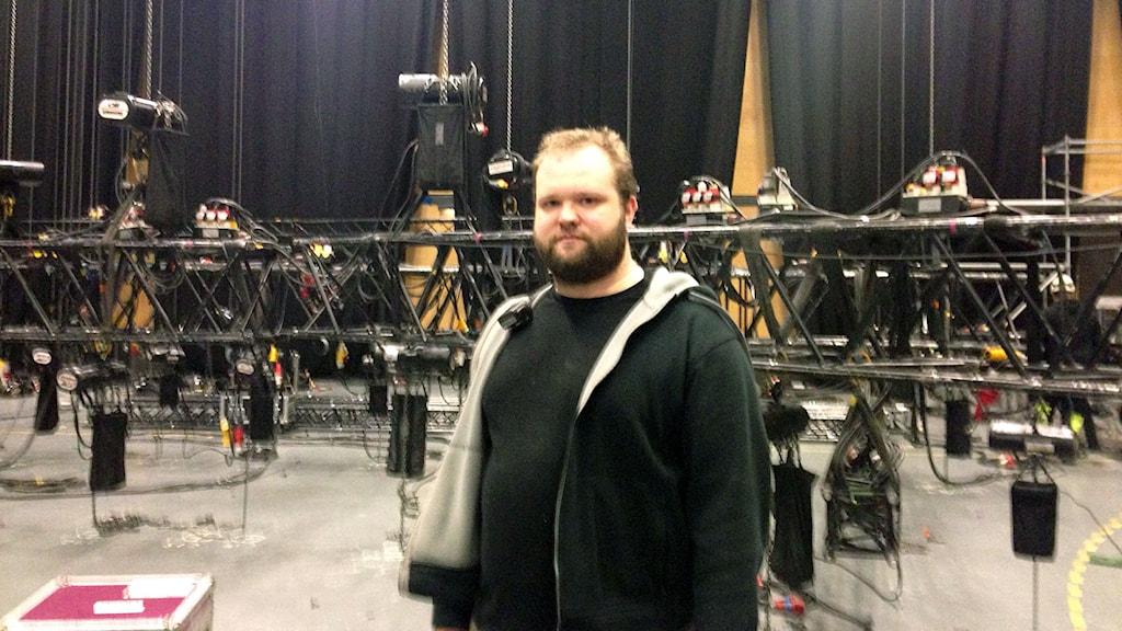 Pontus Friberg håller i trådarna vid scenbygget inne på Conventum.