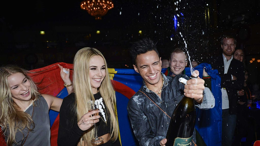 Isa och Jon Henrik Fjällgren firar med bubbel efter Melodifestivalens deltävling i Östersund. Foto: Jonas Ekströmer/TT.