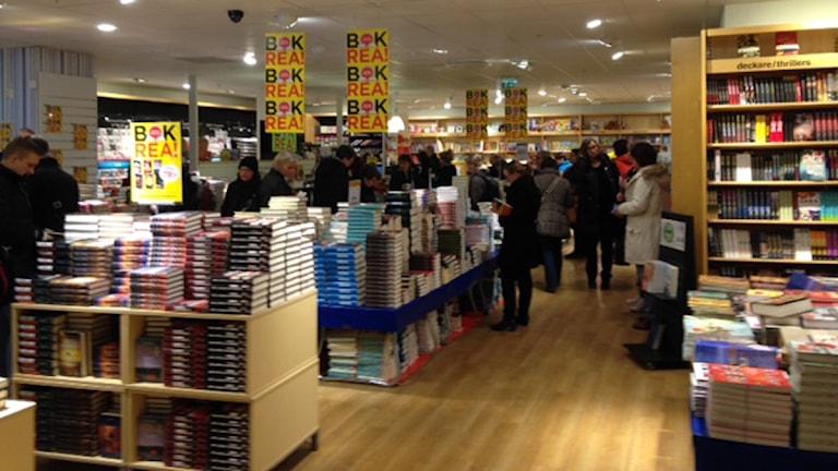 Många kunder i en bokaffär