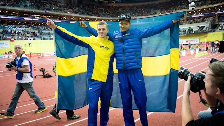 Andreas Otterling och Michel Tornéus med svenska flaggan. Foto: Jessica Gow/TT.