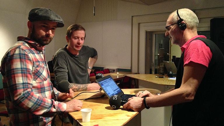 Millencolins sångare Nikola Sarcevic och gitarristen Mattias Färm intervjuas.