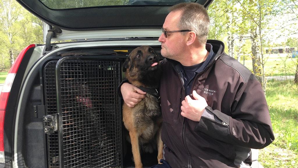 Marti Kjällman, inspektör och hundförare på polisen, med hunden Dennis. Foto: Madeleine Persson/Sveriges Radio