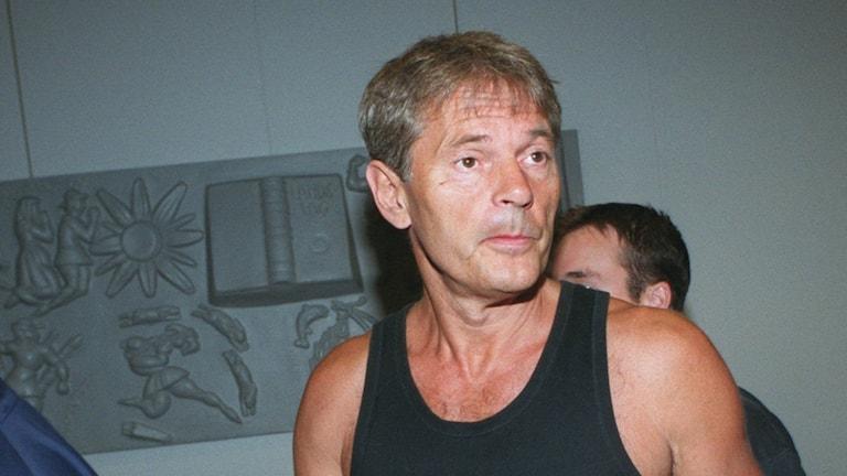 Lars Carlander, på bilden i samband med en häktning 1999.