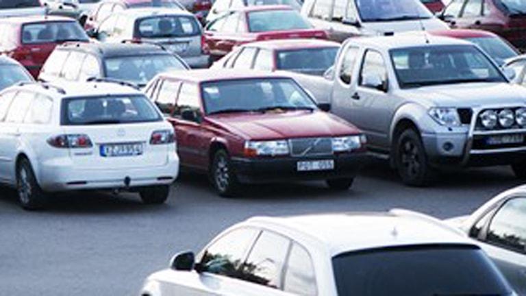 Parkering Bilar står parkerade i rader