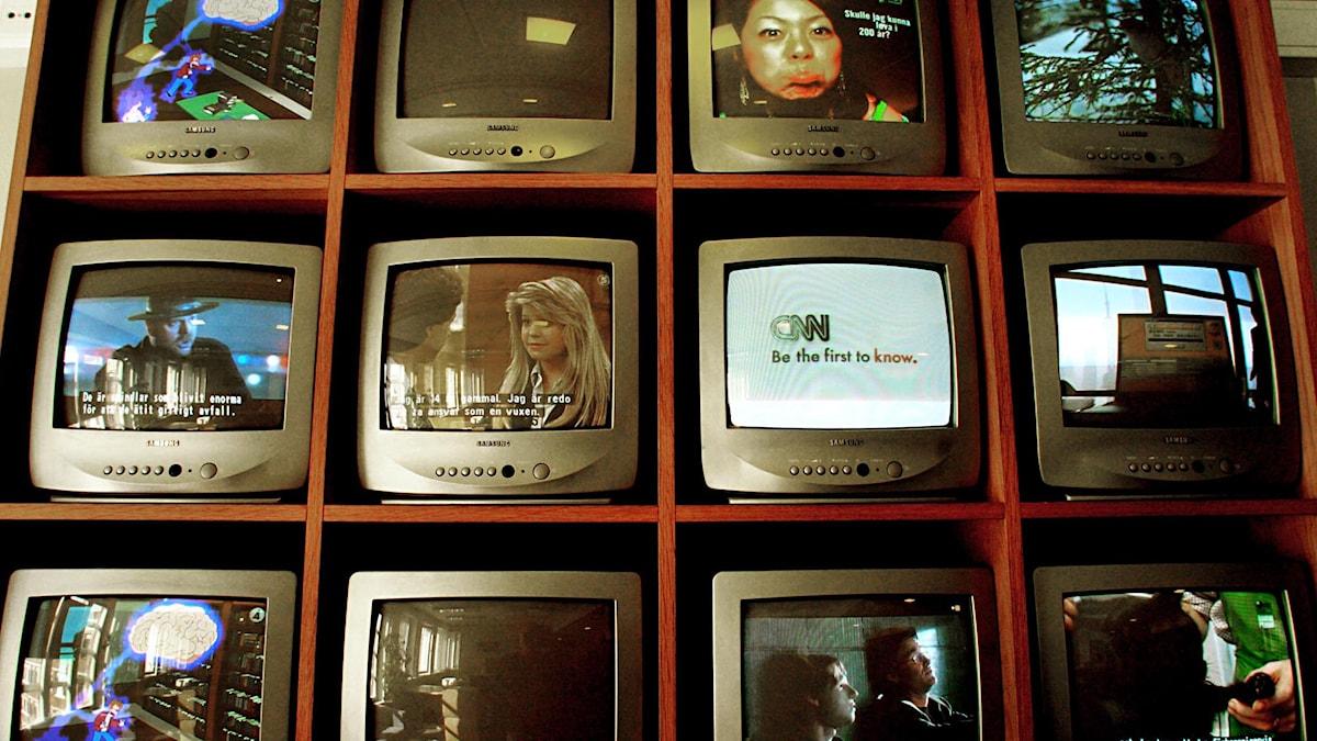 Tv-apparater i en hylla.