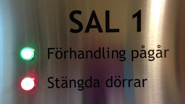 skylt utanför tingsrättssal i Örebro tingsrätt.
