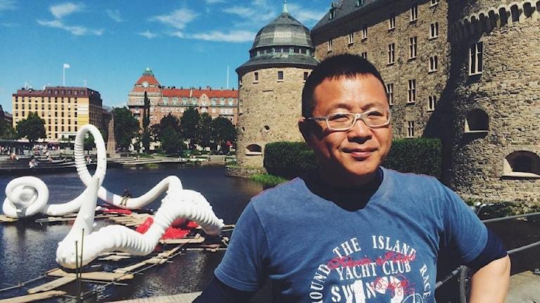 """Cheng Dapeng och hans konstverk """"AO"""". Foto: Hanna Roth/Sveriges Radio"""