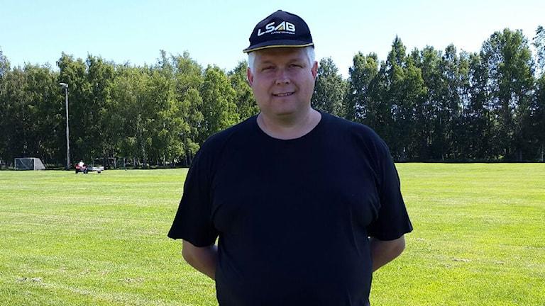 Anders Fredriksson, ordförande Järnvägens Bågskytteförening. Foto Madelene Persson/ Sveriges Radio