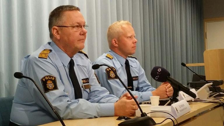 Bo Andersson och Ted Esplund vid Örebropolisen på presskonferensen om mordet i Vivalla. Foto: Gabriel Stenström/Sveriges Radio