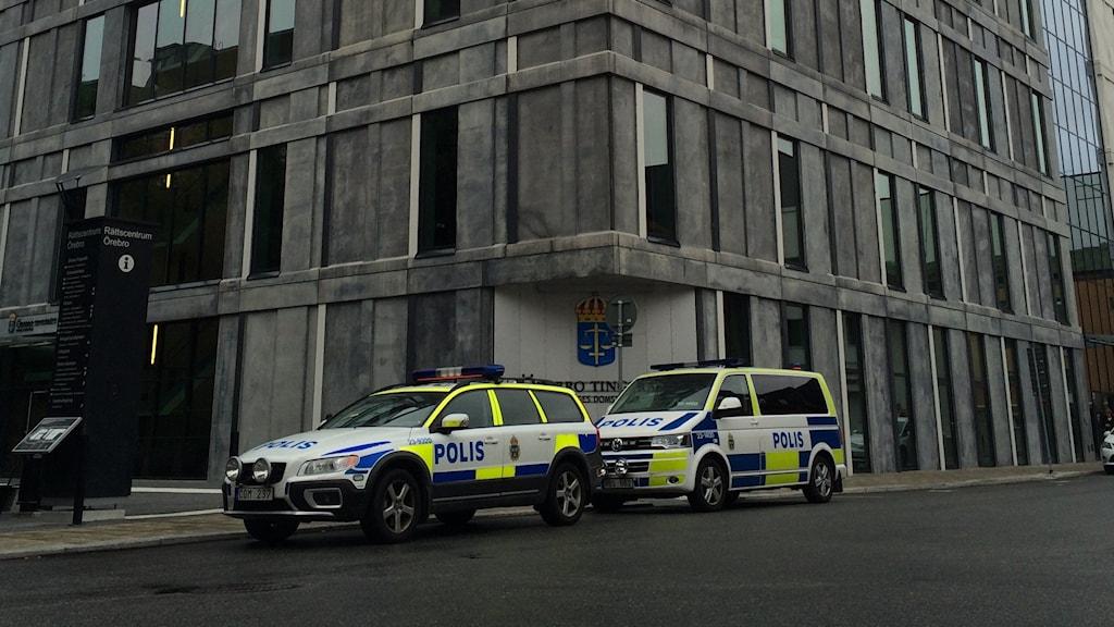 Tingserätten, polisbilar, rättscentrum