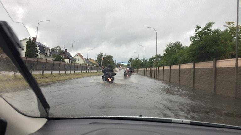 översvämning karlskoga bil väg översvämmad