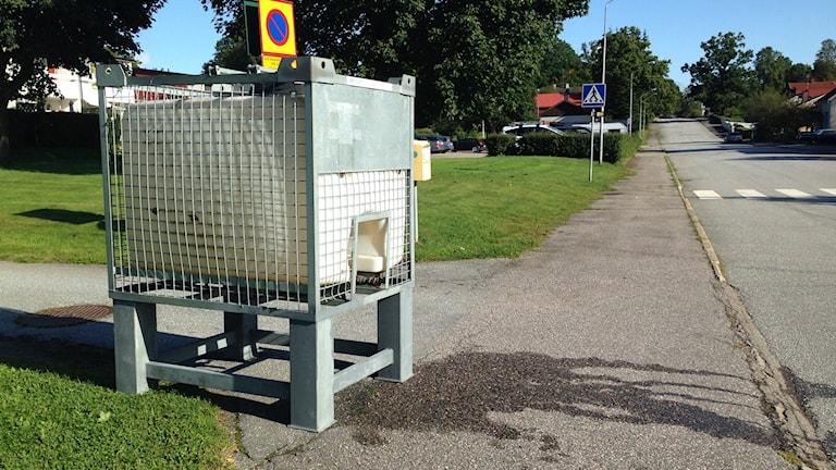 Kommunen har ställt ut en vattentank för de som drabbas på grund av vattenläckan.