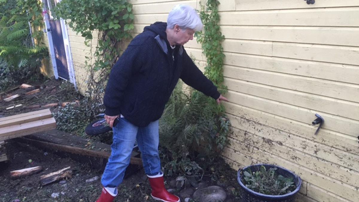 Elisabeth Granbom vid sitt översvämmade hus