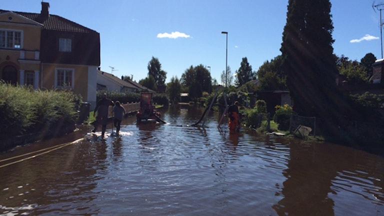 En av de översvämningsdrabbade gatorna i Hallsberg. Foto: Peter Bjurbo/Sveriges Radio.