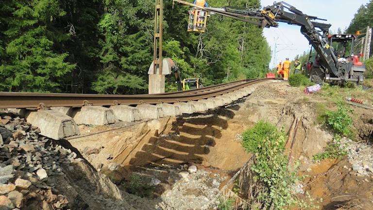 Banvallen försvann under järnvägsrälsen. Foto: Peter Bjurbo/Sveriges Radio.