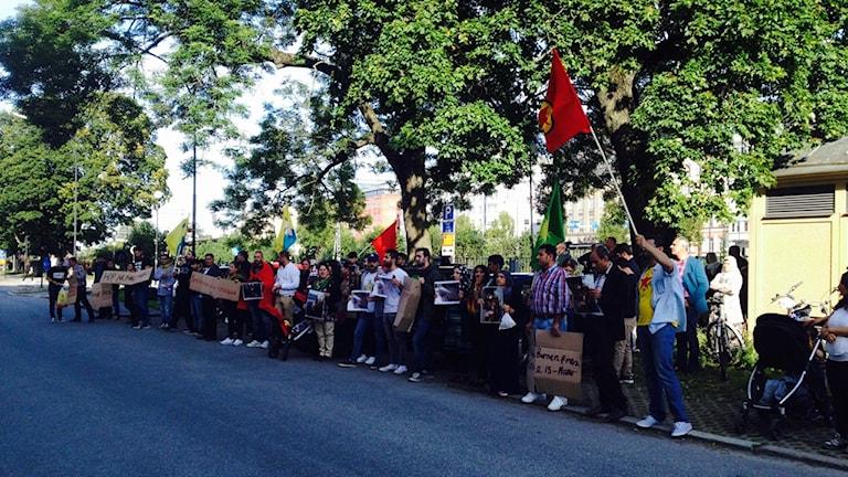 Kurdiska demonstranter utanför Radiohuset i Örebro.