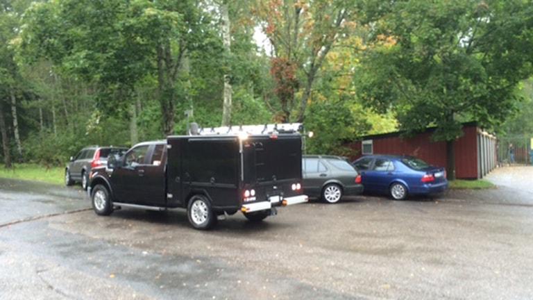 Polisen på plats i Brickebacken för att säkra spår kring skottlossningen. Foto: Peter Bjurbo/ Sveriges Radio