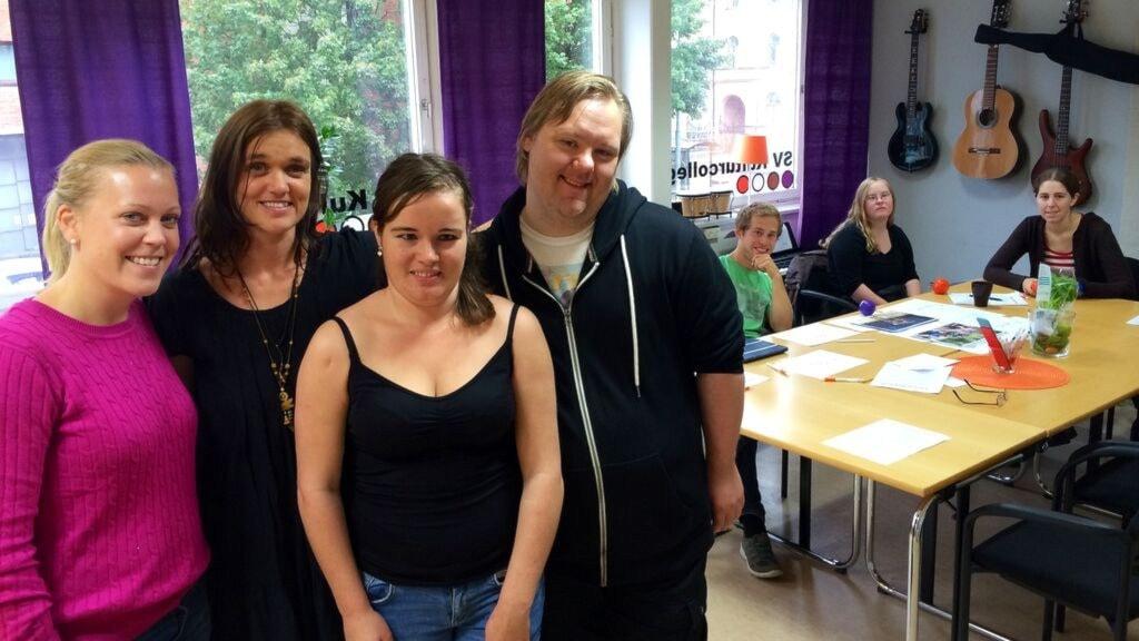 SV Kulturcollage. Från vänster Maria Östby, Karin Olsén, Josefin Larsson och Tommy Svensson. I bakgrunden övriga elever.