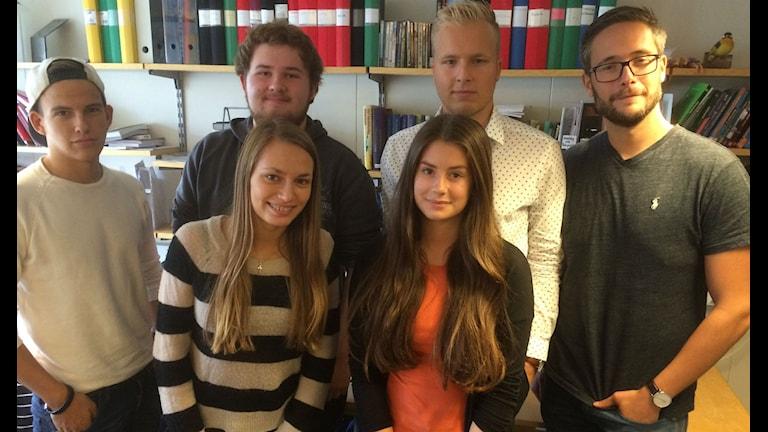 Tom Larsson, Erik Westin, Elin Sernholm, Elvira Palm, Eric Westberg och läraren Per Varga. Foto: Anna Björndahl/Sveriges Radio.