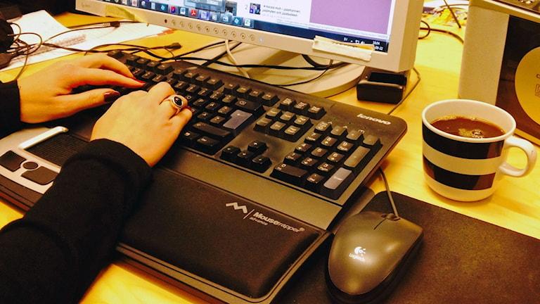 dator datorskärm kaffekopp